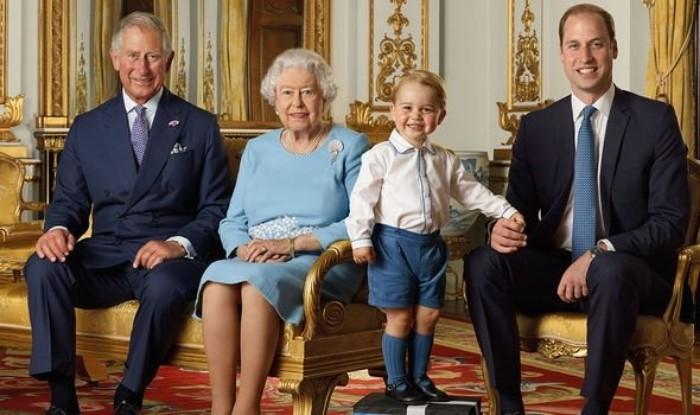 Члены королевской семьи редко делают что либо просто так: тайный смысл новогодней семейной фотографии королевы Елизаветы II