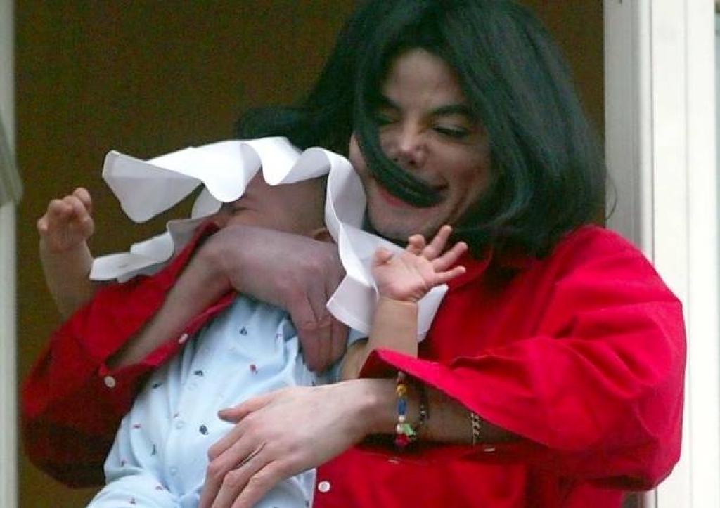 В 2002 году Майкл Джексон показывал всем маленького сына с балкона. Как сегодня выглядит 17 летний наследник короля поп музыки (фото)