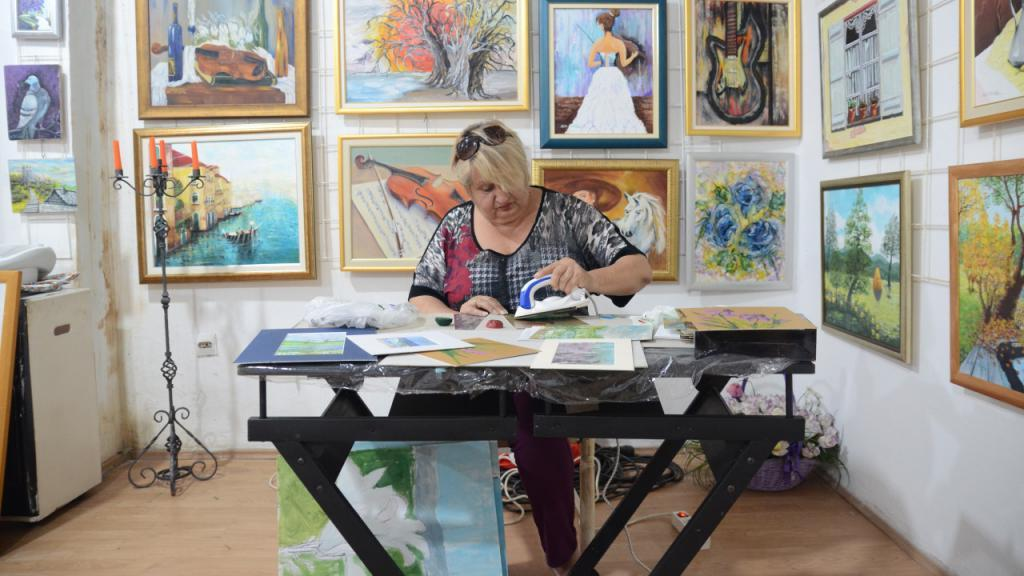 Картина маслом... А нет - утюгом: 69-летняя боснийская художница использует необычную технику в своих работах (фото)