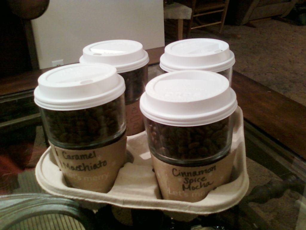 Я кофеман и обожаю все, что связано с кофе: делюсь инструкцией, как сделать ароматную свечу в стаканчике Starbucks