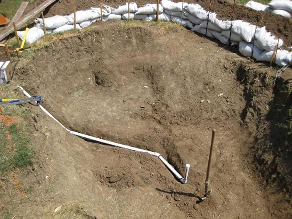 Никто не понял, зачем мужчина портит сад, копая яму. Через некоторое время ему позавидовали все соседи