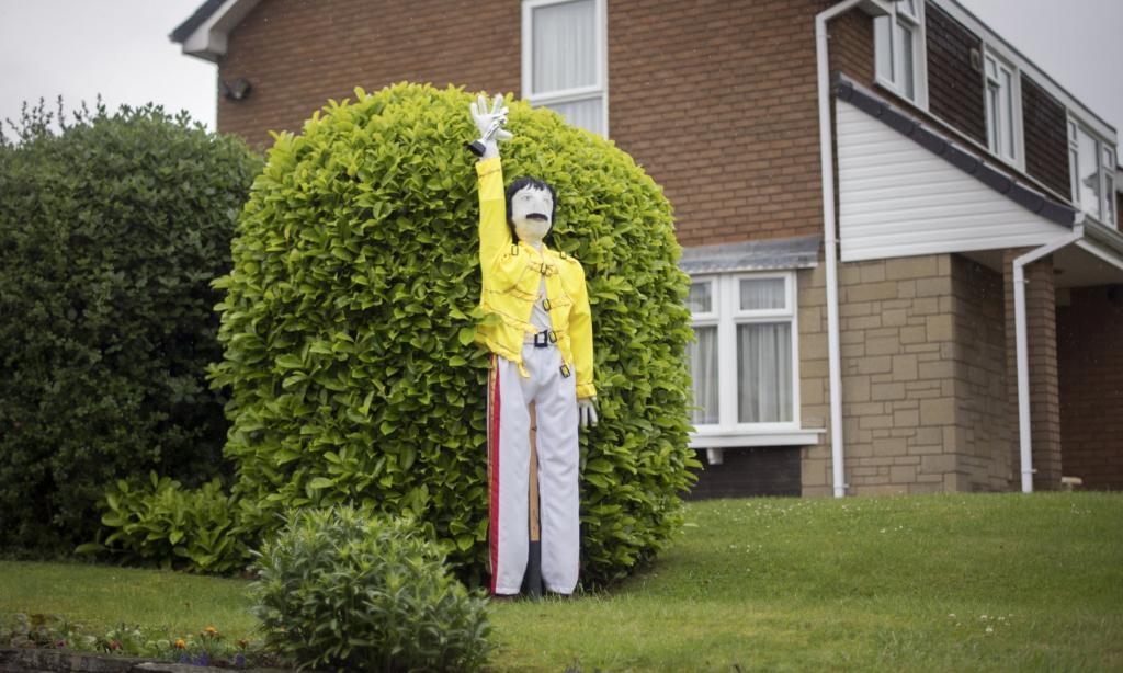 Фредди Меркьюри и Человек Паук не в форме: креативные пугала ухоженных британских деревушек