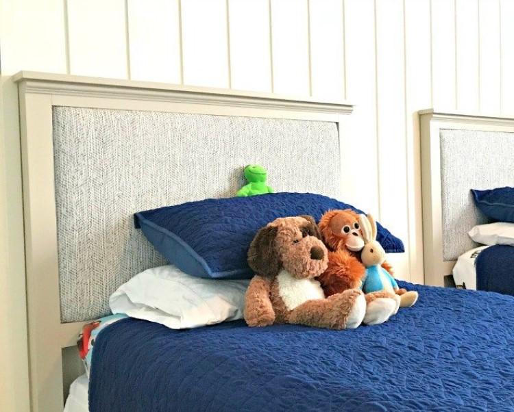 Интересный вариант для комнаты мальчика: делаем мягкие изголовья кровати в благородном сером цвете