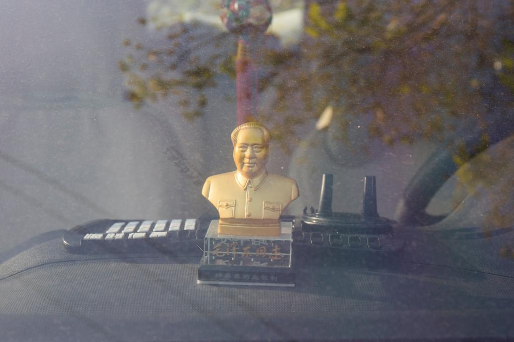У нас - три иконки, в Китае - Мао Цзэдун и пушистые игрушки: одержимость китайцев статуэтками на приборной панели автомобиля (фото)