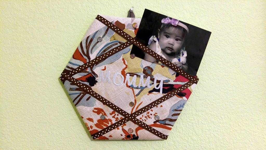 Подарок для мамы своими руками: понадобится ткань, картон и любимая фотография
