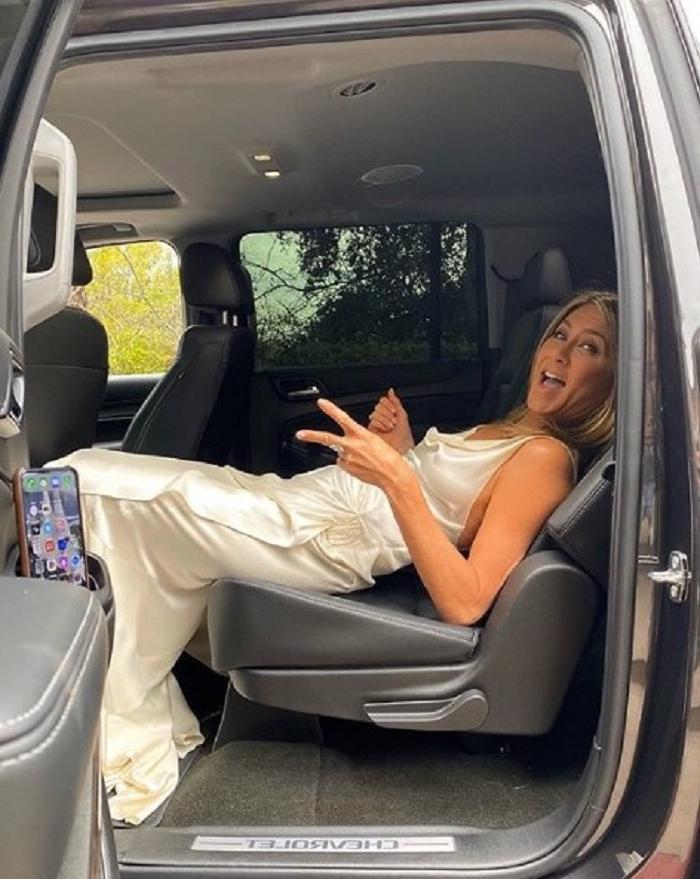 Дженнифер Энистон поделилась лайфхаком, как избегать складок на платьях, чем впечатлила знаменитостей