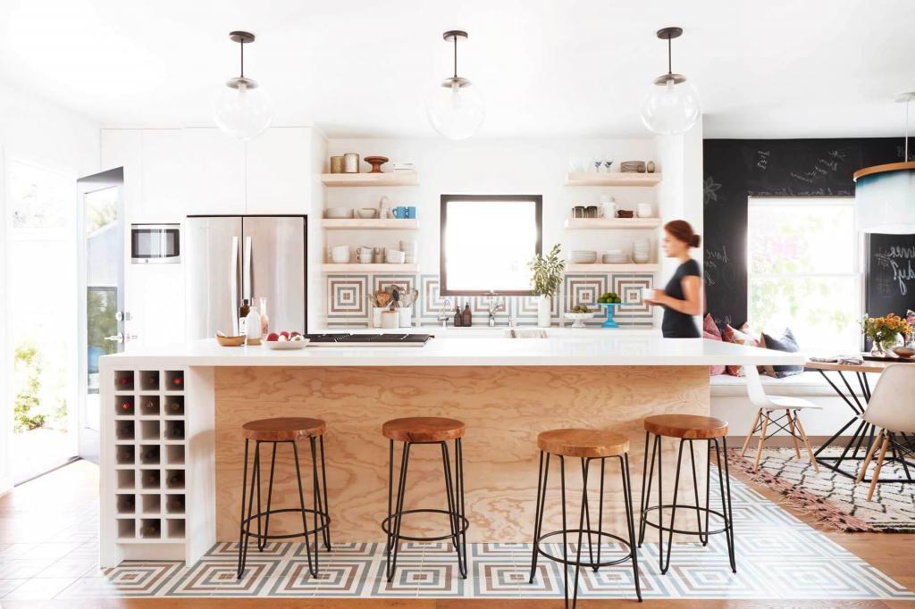 Полки для посуды или яркая плитка: отличные идеи, как оформить заднюю стенку кухонного острова