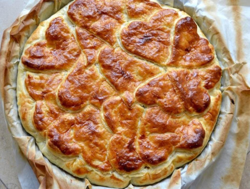 Дешевый и румяный пирог с капустой и грибами - незаменимое украшение моего стола. Сверху украшаю его сердечками и посыпаю тмином