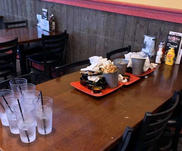 Официантка была приятно удивлена поступком детей в кафе: они сделали за нее практически всю работу