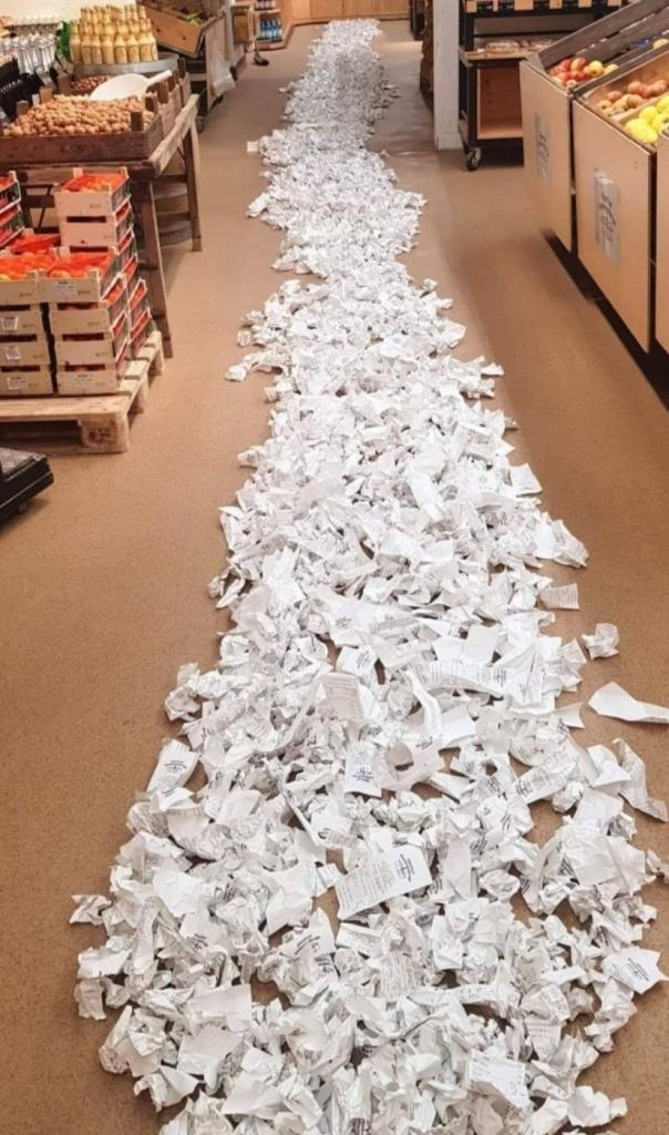 Работники супермаркета сложили все оставленные покупателями чеки на пол и обнаружили тревожный факт