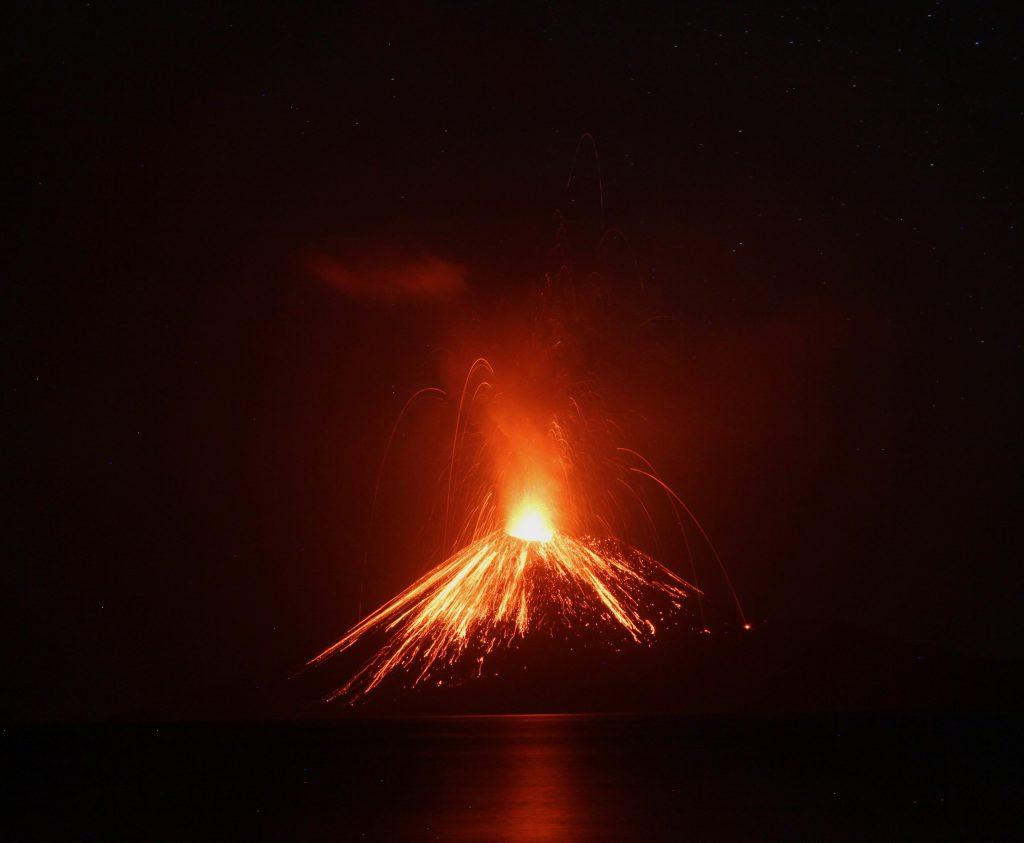 Красивые фото вулкана Кракатау: извержение, похожее на огненный фейерверк