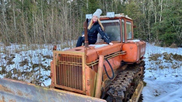 Певица Варвара расчистила дорогу к аптеке на тракторе