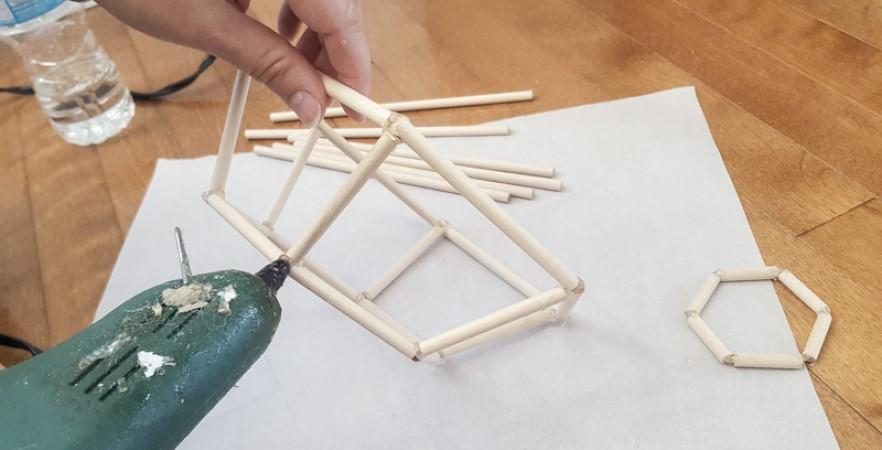 Стильный геометрический декор: как сделать простой светильник из деревянных палочек