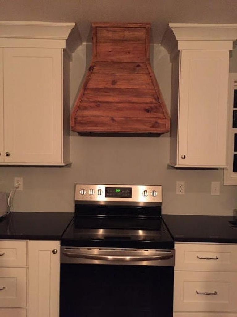 Главной изюминкой кухни стала деревянная вытяжка, сделанная мужем