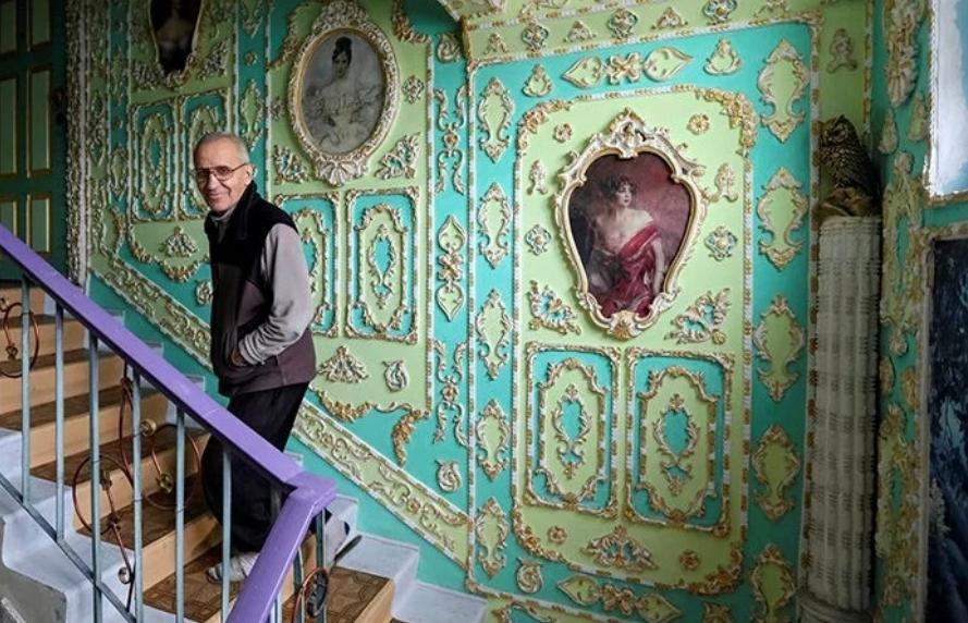 Пенсионер из Киева Владимир Чайка превратил обычный подъезд в роскошный дворец