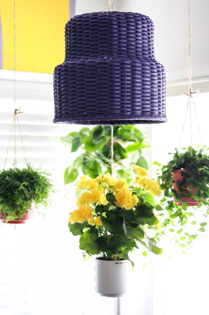 Из плетеной корзины сделала оригинальную лампу: многие не верят, что я смастерила ее своими руками