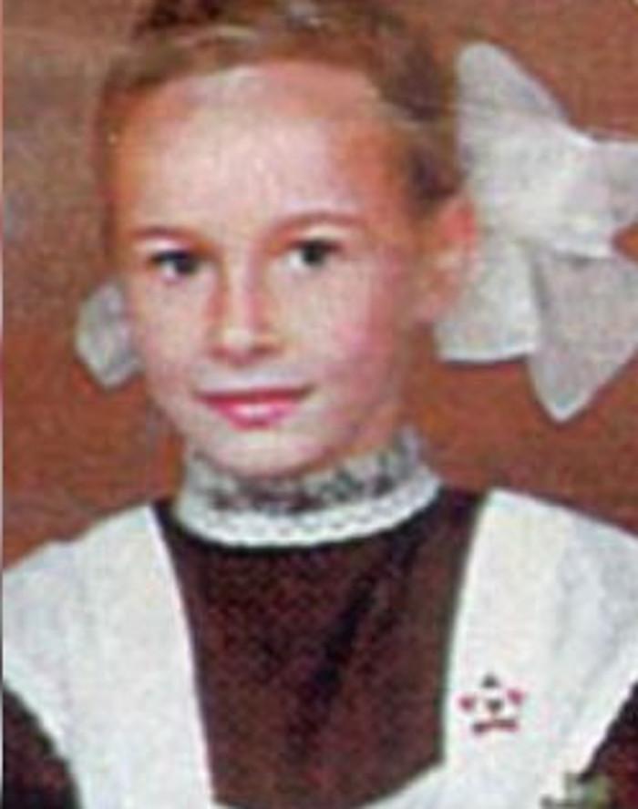 Гуляла с подружками по ночам и ездила с родителями на дачу. Каким было детство Саши Зверевой и как она тогда выглядела (фото)