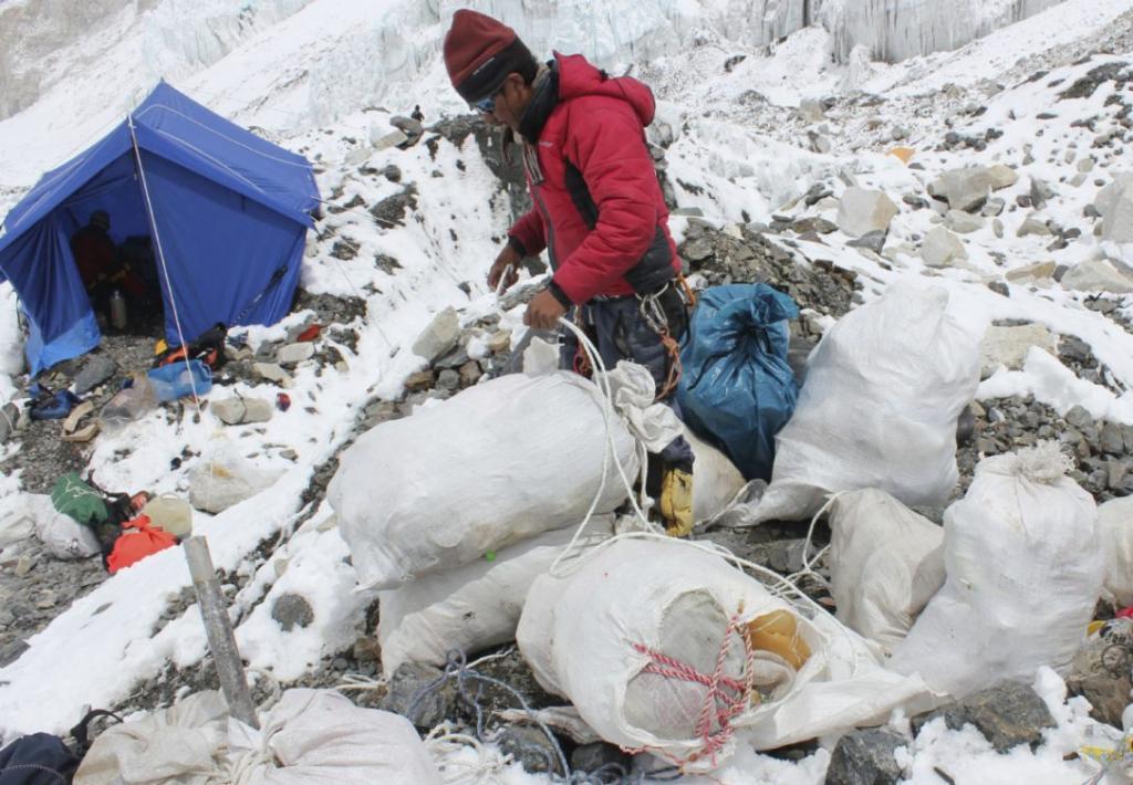 За право чистить помойку на Эвересте поссорились шерпы и армия Непала