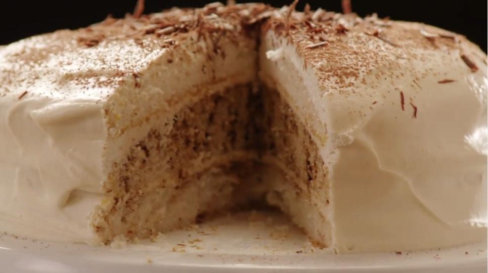 Слоеный тирамису выручит на случай прихода нежданных гостей. Особенным его делают кофе и сливочный сыр (рецепт)