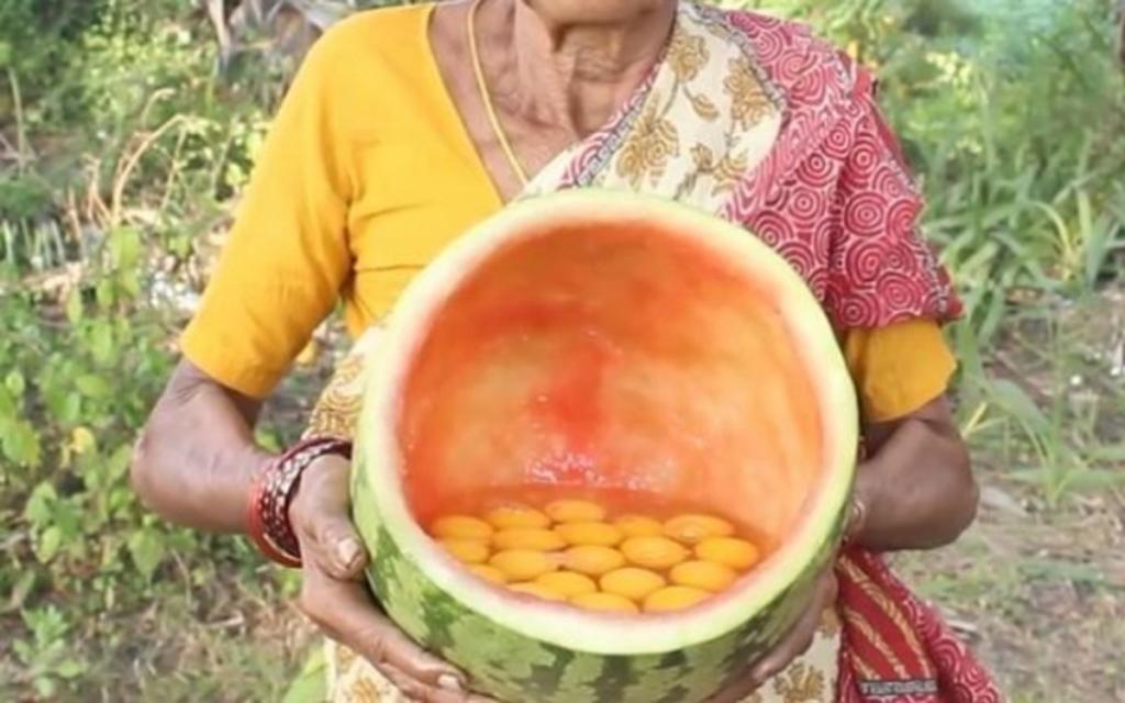 Как готовят в Индии. Бабушка взяла 50 яиц, разбила их в арбуз и запекла на углях