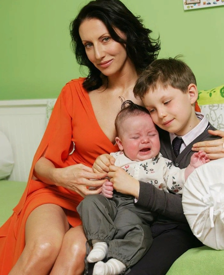 Сыновья Алики Смеховой на новых фото невероятно похожи на нее
