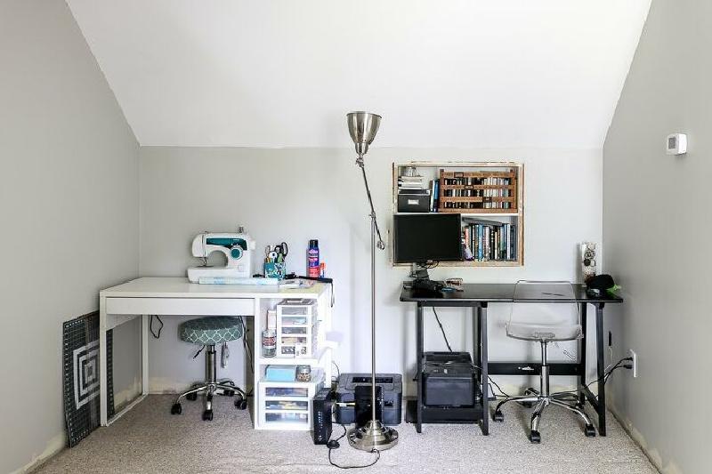 Преобразили свой маленький кабинет на чердаке в комфортабельную комнату для работы