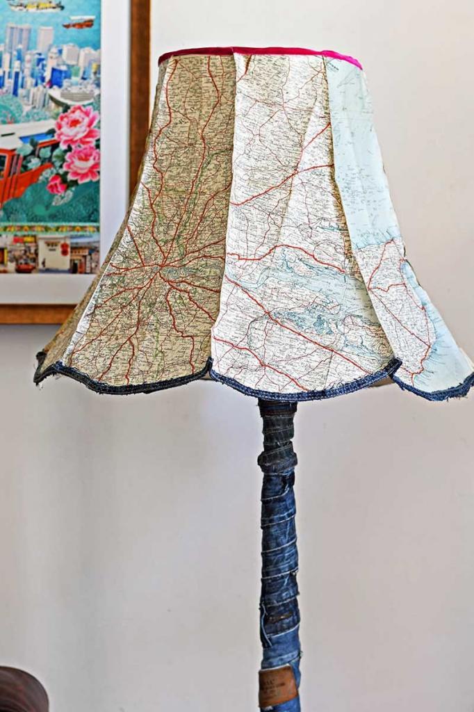 С помощью денима и карты мира превратил скучный абажур в стильную винтажную лампу