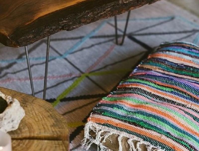 Из ярких ковриков и мешковины сшила напольную подушку в стиле Бохо