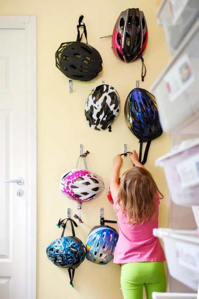 «У нас 10 детей и порядок в прихожей»: мать большой семьи придумала, как организовать пространство для 88 пар обуви