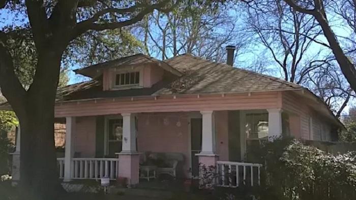 Рабочих наняли, чтобы они снесли старый дом, но они ошиблись адресом