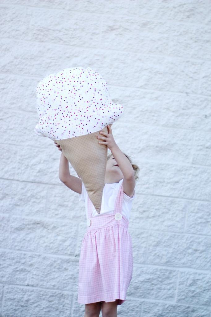 Ребенку очень понравится: делаем подушку в виде мороженого своими руками