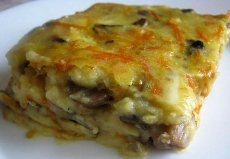 Картофельная запеканка манит своим чесночным ароматом. Делаю ее с колбасой и грибами