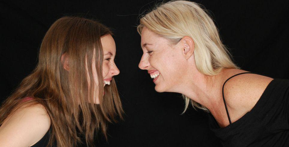Смеяться над их шутками: как развить чувство юмора у ребенка