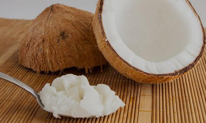 Сама сделала полезную для губ помаду: взяла витамин Е, воск, пищевой краситель и кокосовое масло