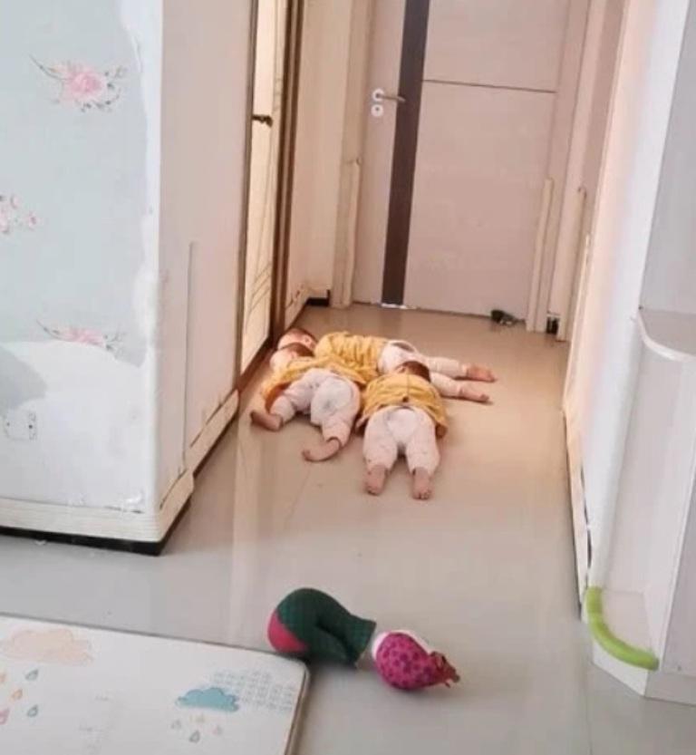 И тут не скроешься: тройняшки не дали маме нормально принять ванну и стерегли ее под дверью