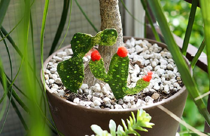 Из гипсовых бинтов, проволоки и краски сделала очаровательные искусственные кактусы