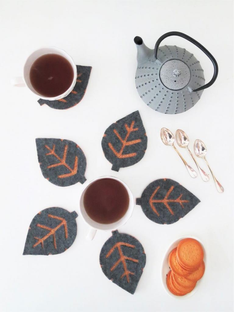 Уютные листочки: делаем подставки для чайника и чашек из пробки и фетра