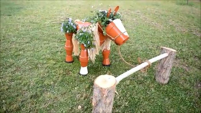 В кладовке несколько лет пролежали дешевые цветочные горшки. Сделала из них красивую декоративную лошадку для сада