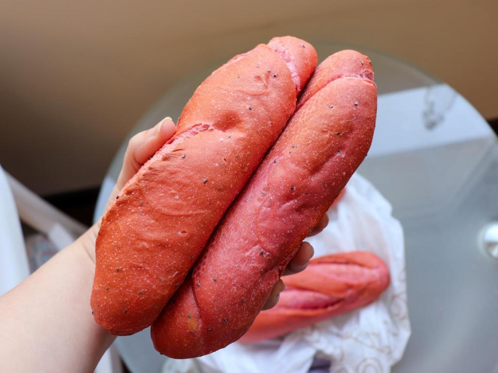 Во Вьетнаме изобрели новый розовый хлеб благодаря коронавирусу