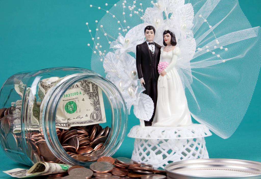 Организаторы свадеб рассказали самые действенные способы сэкономить на вашем бракосочетании: для начала безжалостно пересмотрите свой список гостей