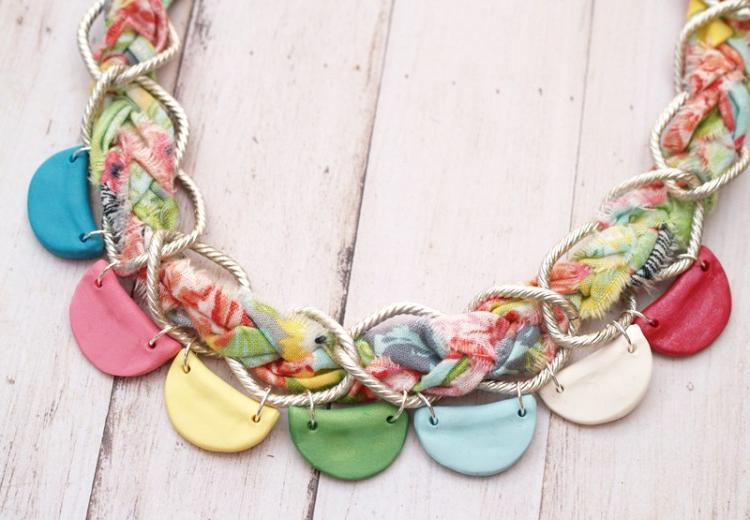 Сочетание разноцветной глины и яркой ткани: делаем модное и стильное ожерелье своими руками