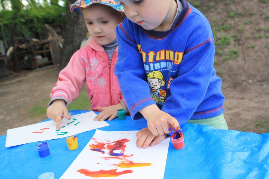 Кисточки — в последнюю очередь: мы с детьми рисуем всем, что попадает под руки