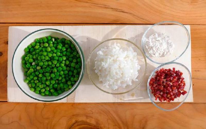 Легкий быстрый супчик: зеленый горошек, немного ветчины и лук - через несколько минут полезный обед готов