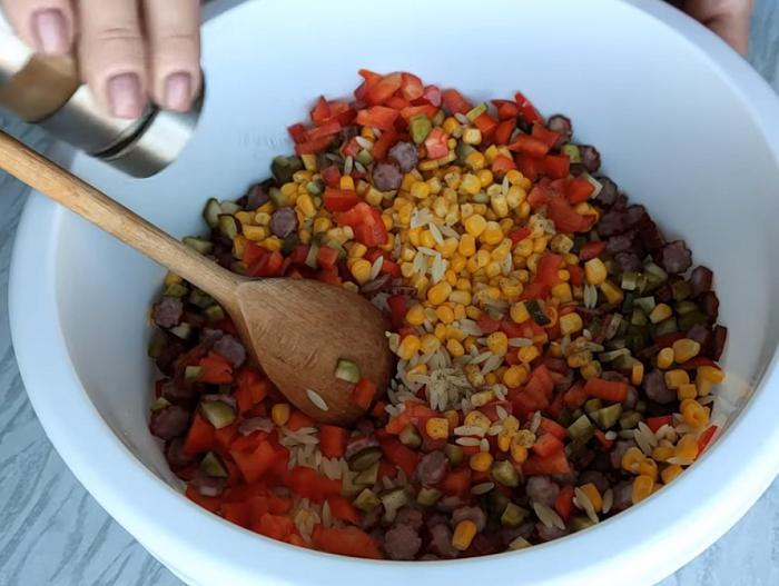 Муж обожает колбаски «Кабанос», поэтому решила приготовить из них салат. Он остался в восторге