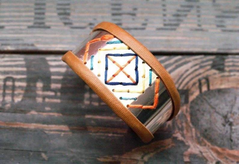 Сочетание металла, кожи и вышивки: делаем стильный браслет своими руками