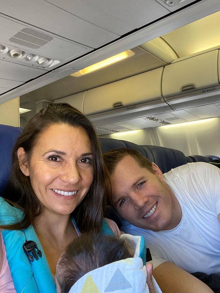 Супруги летели домой с новорожденным малышом. Когда пассажиры узнали об удочерении, то поздравили пару очень трогательным способом
