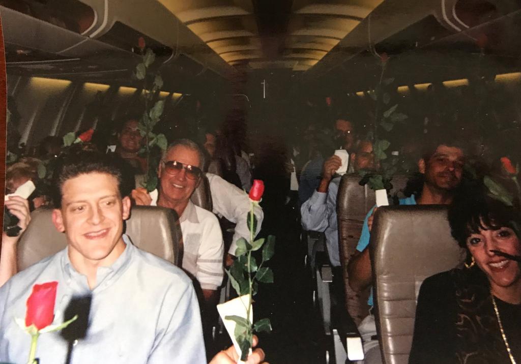 Мужчина попросил каждого пассажира в самолете подарить его девушке по розе, чтобы сделать предложение. Спустя 25 лет он решил повторить свой