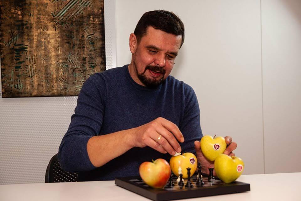 Нашел золотую жилу: Валерий выращивает яблоки в форме сердца, не используя никаких ГМО, и продает по 150 рублей за штуку