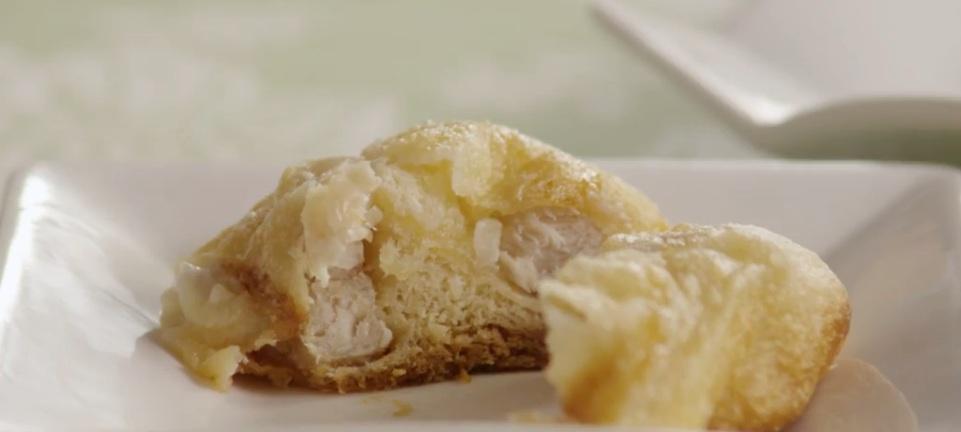 Готовлю нежную массу из сыра и курицы, начиняю ею слоеное тесто, а потом запекаю. Получается хорошая закуска и достойная замена пирожкам