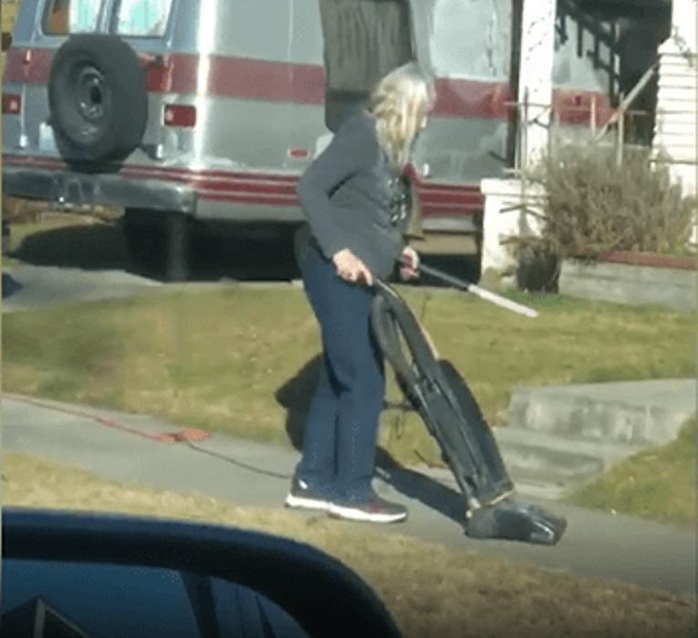 Люди посмеялись над женщиной, которая пылесосила тротуар. Но когда узнали причину, то попросили прощения
